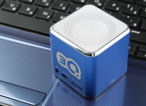 Кубик заряжается зарядным устройством и читает карту памяти