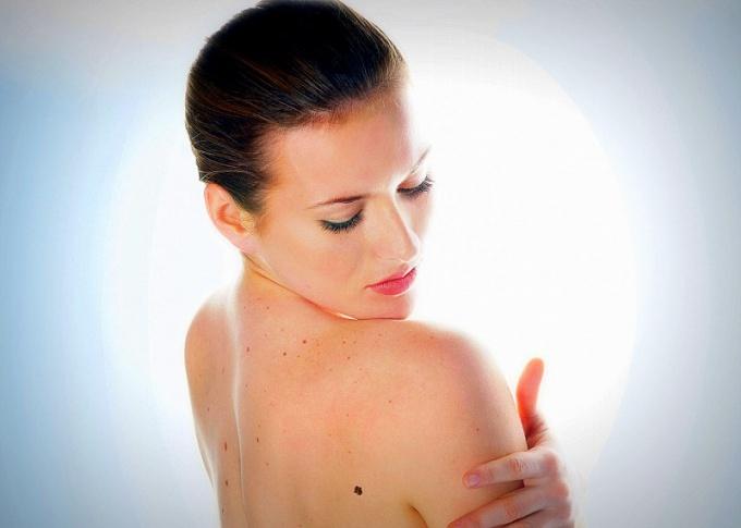 Папиллома-вирусы могут проявляться опухолевидными новообразованиями, могут поражать кожу изменениями, которые не видны невооруженным глазом, а могут совсем не иметь никаких визуальных признаков