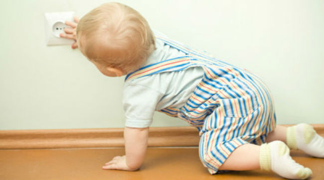 Бытовые опасности для ребенка
