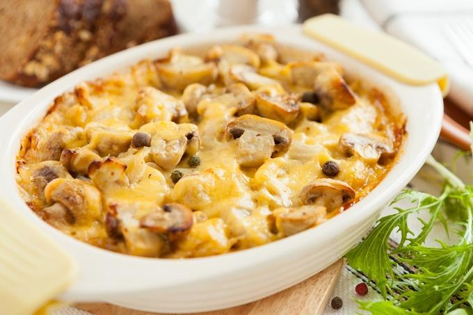 Как готовится сливочно - сырная запеканка с грибами и картофелем