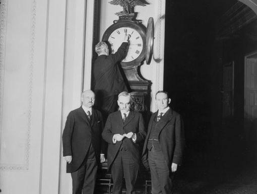 Перевод стрелок вперед на конгресса при первом переходе на летнее время, 1918 г