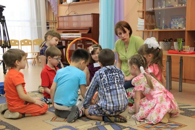 Воспитатель должен уметь общаться с детьми на одном уровне