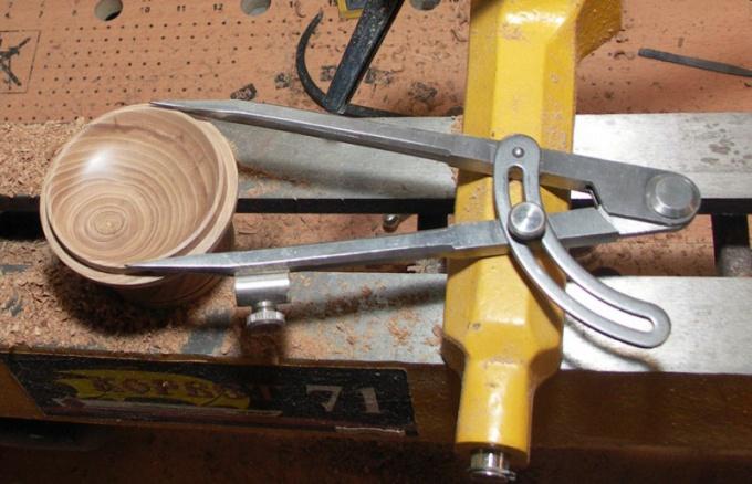 Измерение точного диаметра изделия из дерева.