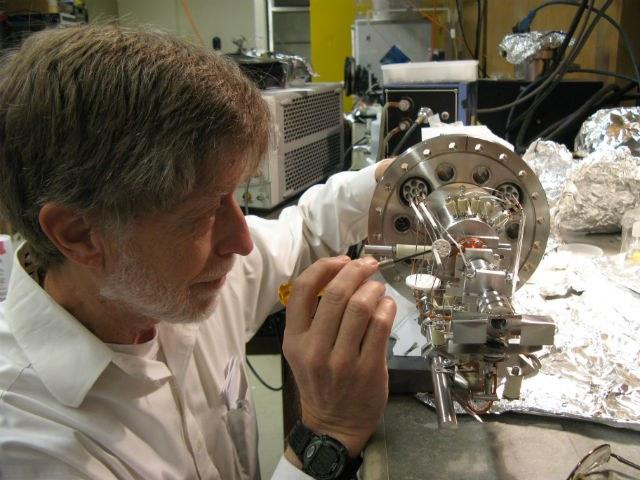 Нейроинженер в своей лаборатории