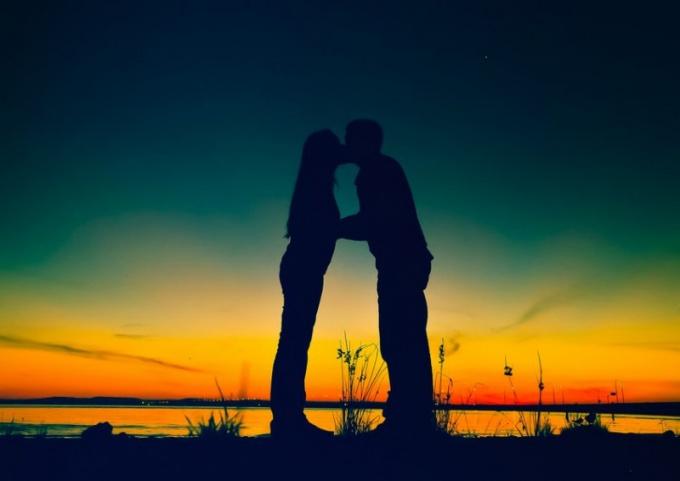 Какие эмоции вызывает поцелуй