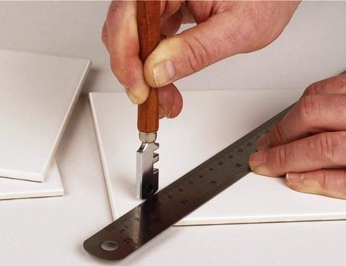 Плитку можно резать с помощью стеклореза