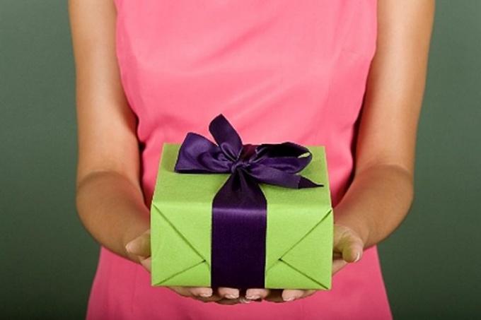 Как выбрать подарок близкому другу — какой подарить подарок другу