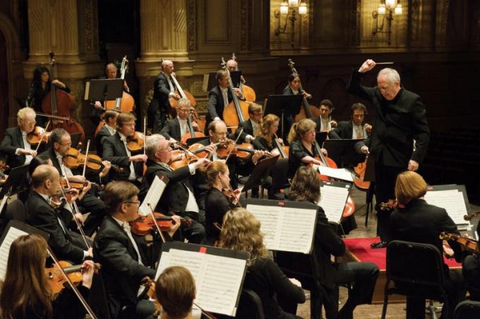 Симфонический оркестр состоит из большого коллектива музыкантов