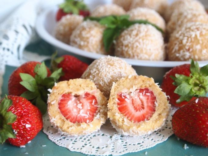 Как приготовить десертные шарики с клубникой?
