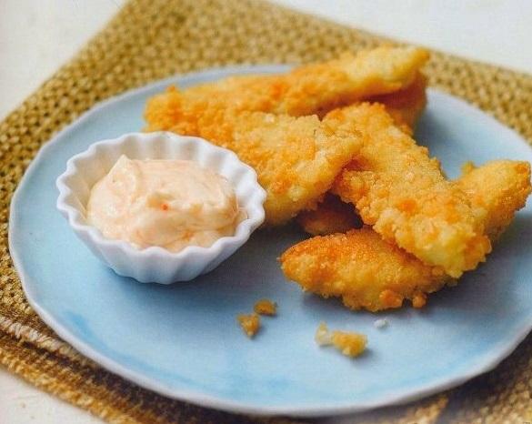 Рыбные палочки с острым соусом