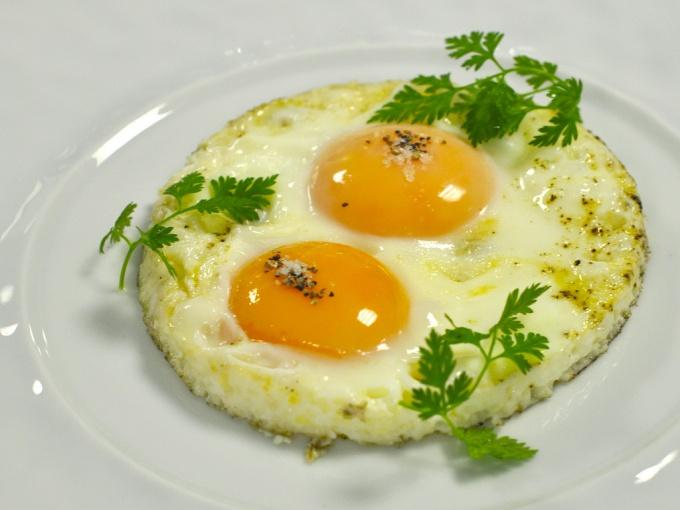 Такая яичница никогда не подгорит.