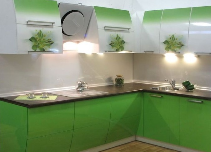 Кухонные стеклянные фасады: плюсы и минусы