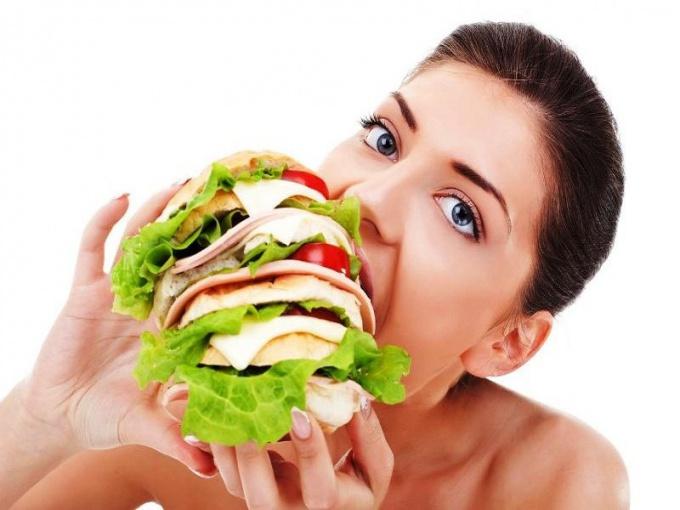 Гамбургером таких размеров лучше поделиться с двумя-тремя подругами.