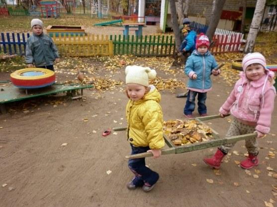 Прогулка дает возможность для трудового воспитания дошкольников