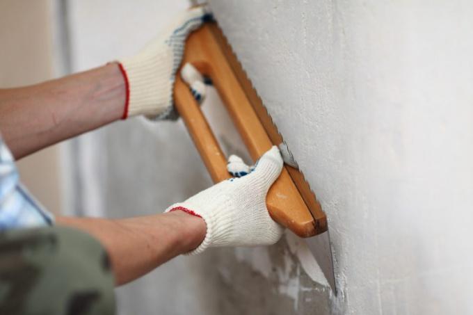 ПЕред окрашиванием стену выравнивают штукатурными составами
