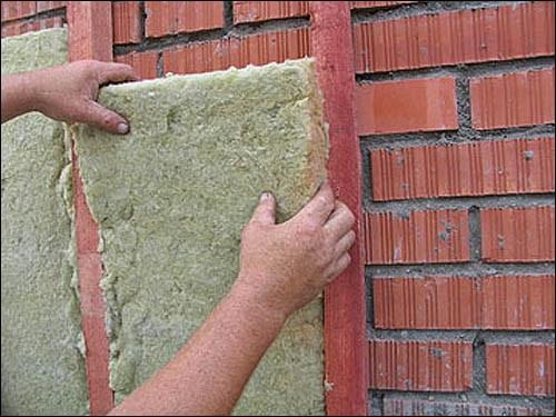 Для утепления дома используют пенопласт или минеральную вату