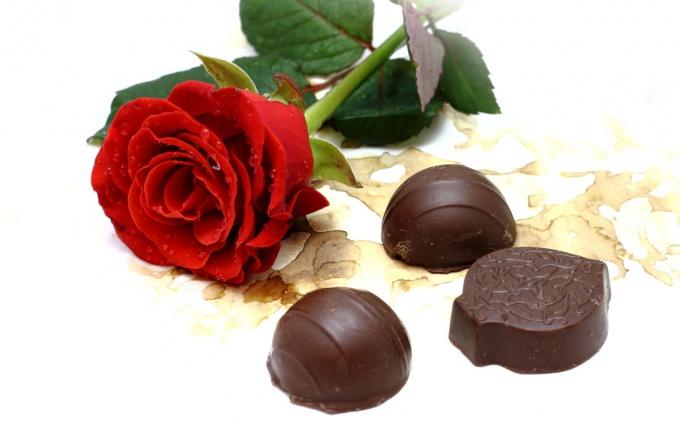 Как приготовить шоколадные конфеты с клубничным джемом
