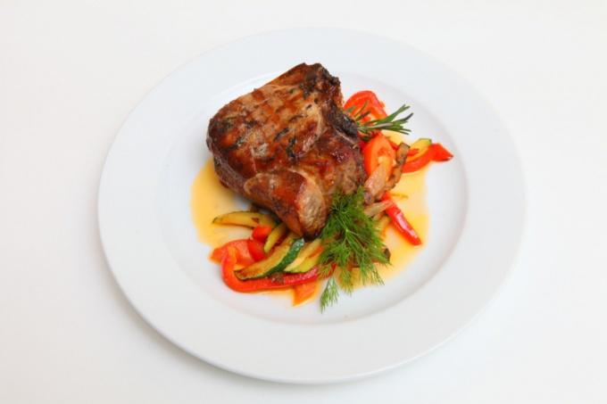 Свиная корейка, запеченная с овощами