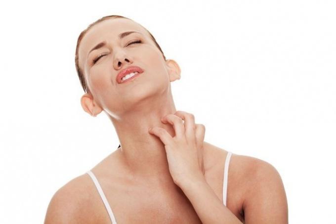 женщина чешет шею