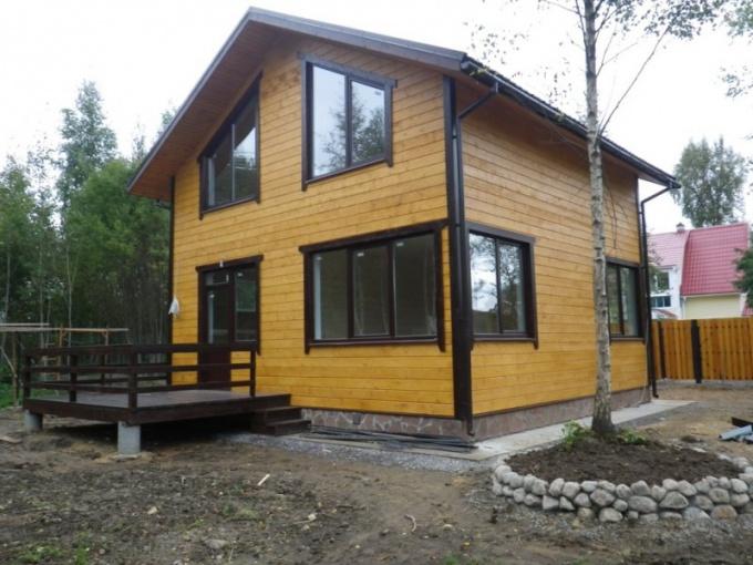 Фасад, покрытый бесцветным лаком, устойчив к воздйствию внешней среды