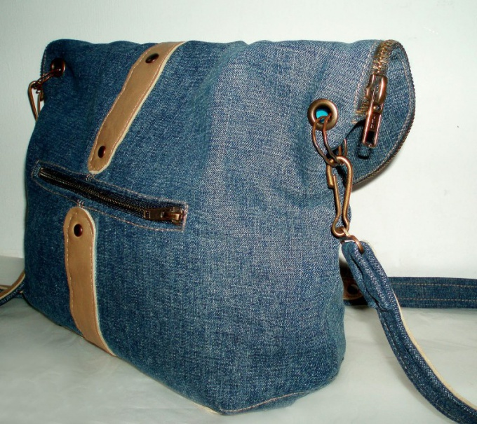 The bag can be made of denim, drape, nylon