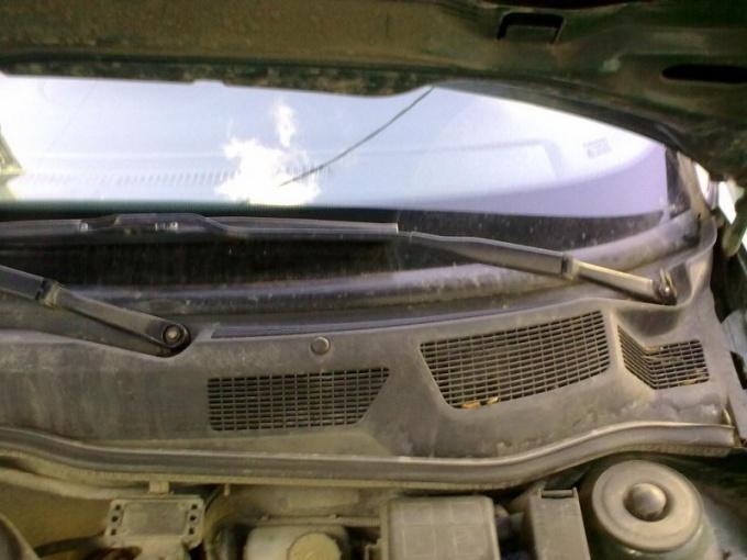 Накладка расположена в нижней части лобового стекла