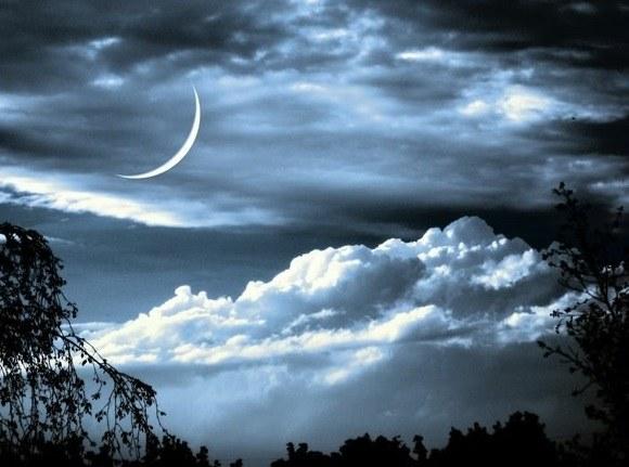 Молодой месяц в небе