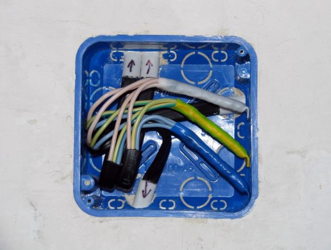 Как соединяют провода в распредкоробках