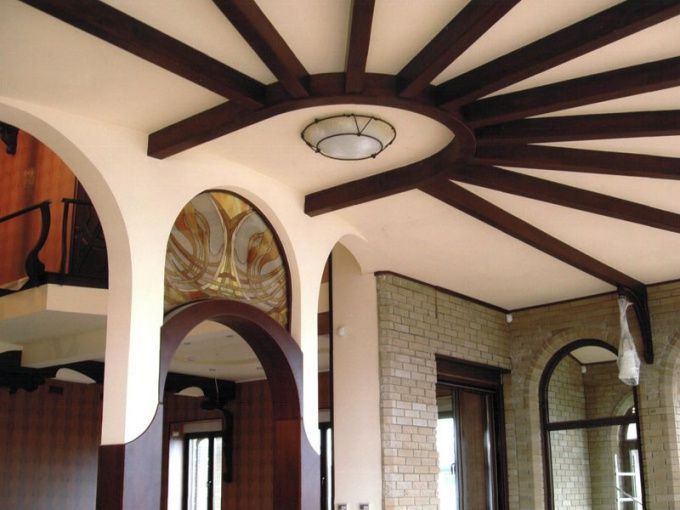 Как спрятать балки на потолке