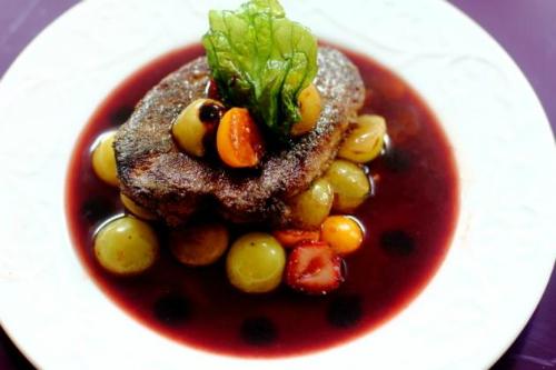 Фуа-гра c винно-карамельным соусом и фруктами