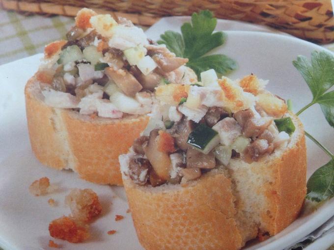 Салат в хлебных стаканчиках