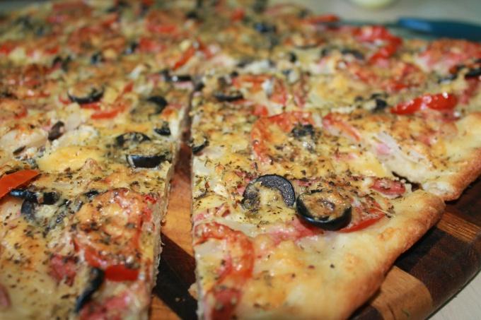 Пицца с колбасой русской и домашним майонезом
