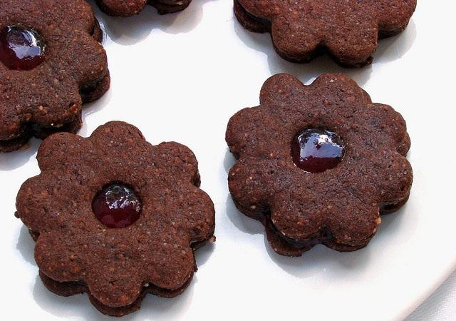 Как испечь шоколадное печенье с конфитюром