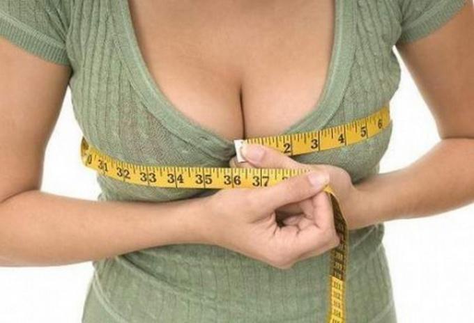 Визуально увеличить грудь можно разными способами