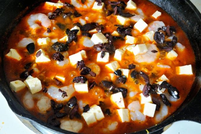 Креветки с маслинами и сыром