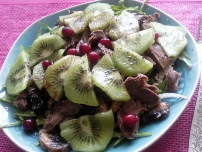 Салат с говядиной и киви