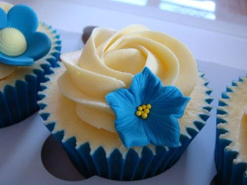 Пирожное, украшенное кремом и цветком из марципана