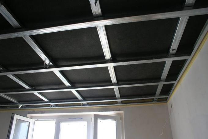Зукоизоляцию потолка можно сделать с помощью шумопоглощающих плит