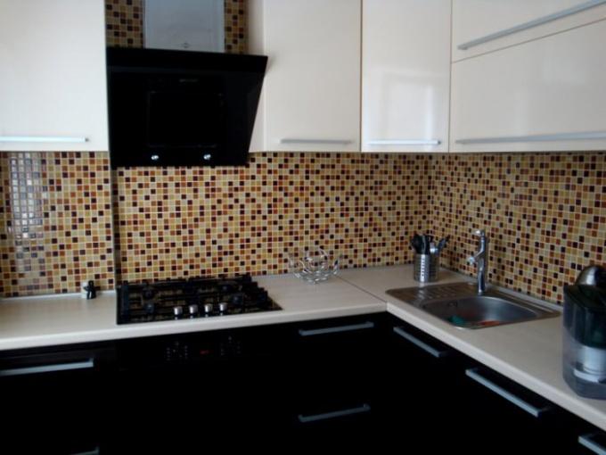 Газовые трубы можно задекорировать в соответствии с дизайном кухни