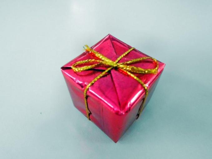 Упаковку для подарка можно сделать из обычной коробки