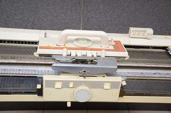 Механизм двухфонтурной вязальной машинки
