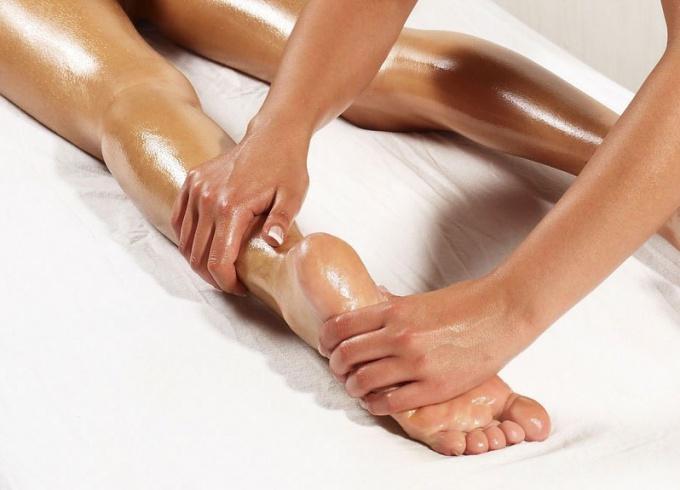 Массаж ног с использованием масла