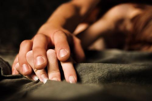 Чтобы возбудиться перед сексом, уделите внимание ласкам и прикосновениям