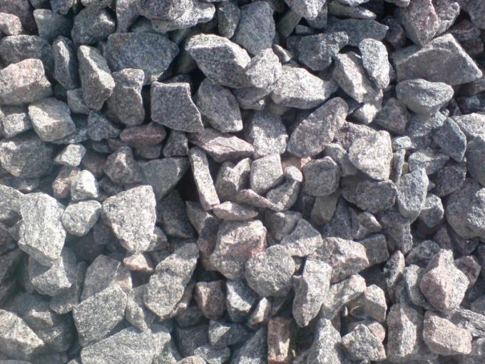 Гранитный щебень используют как декоративный камень