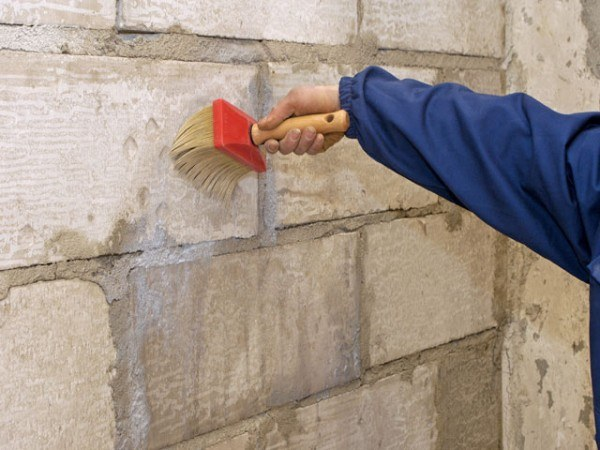 Перед покраской стены нужно грунтовать