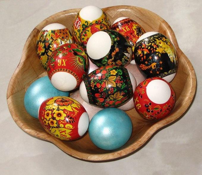 С помощью термонаклейки можно украсить пасхальные яйца