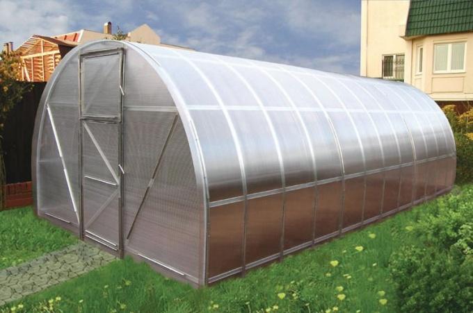 Для теплицы из поликарбоната нужен деревянный или бетонный фундамент