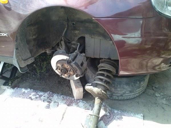 Правая передняя стойка переднеприводного автомобиля