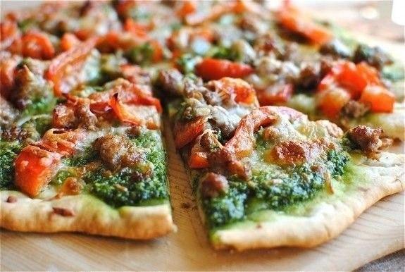 Пицца с песто и колбасой