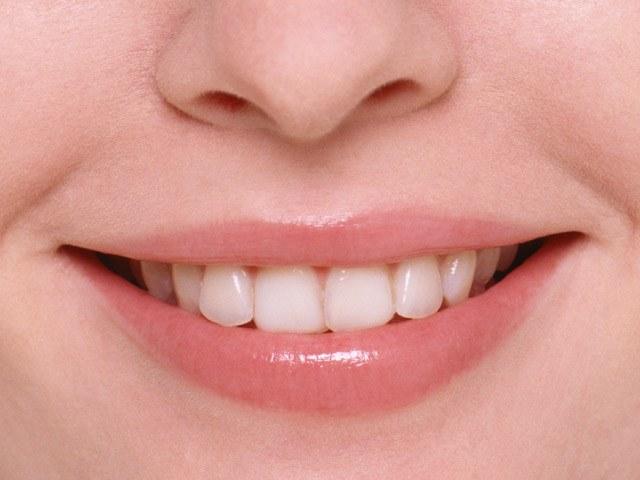 Металлокерамические коронки практически неотличимы от натуральных зубов